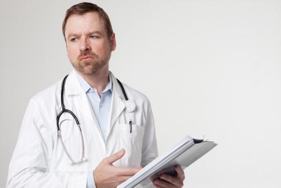 バインダーを持った医師