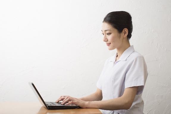 タイピングする看護師