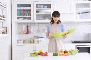 レシピを見る女性