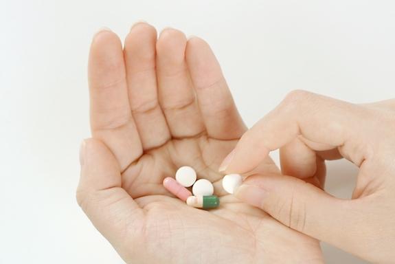 薬を持つ手