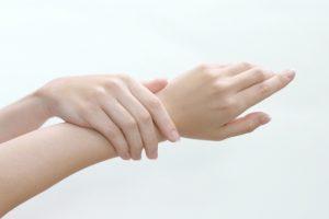 手の指にいぼができる原因と治療法