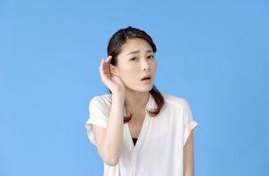 耳を傾げる女性