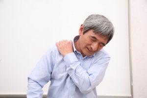 首から肩への痛みがあるときに考えられる原因と対処法